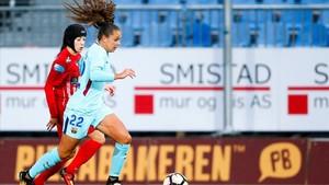 La azulgrana Martens, delante de Bertolucci, en el partido de Noruega.