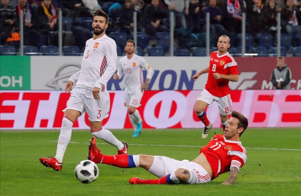 El delantero ruso Smolov remata desviado en presencia de Piqué