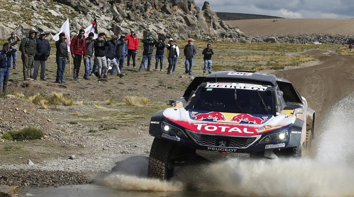 Carlos Sainz y Lucas Cruz (Peugeot), en la etapa de hoy del Dakar.
