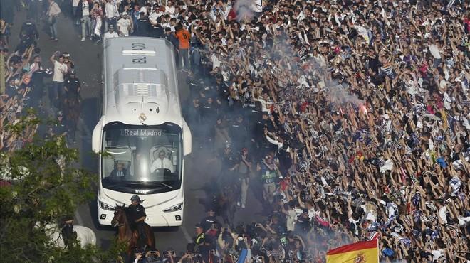 El autocar del Real Madrid llega al estadio Santiago Bernab�u entre el clamor del p�blico.