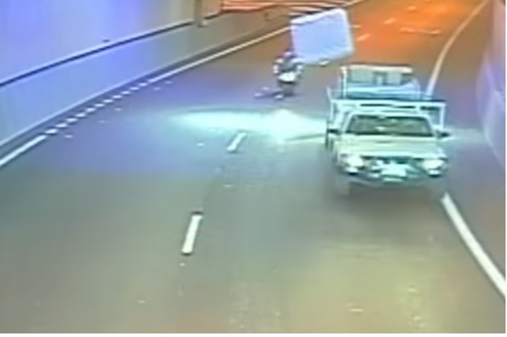 Un colchón impacta con una moto que circula a 80 kilómetros por hora