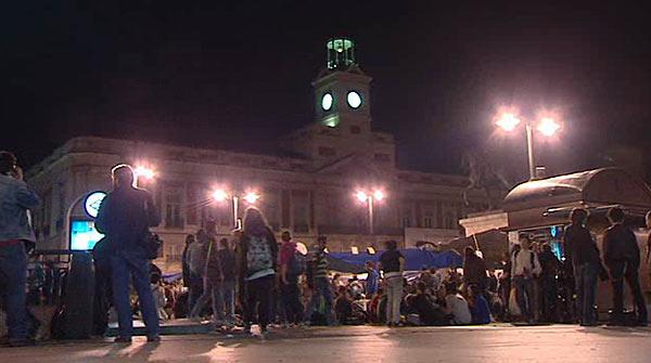 A prop de 500 persones es desperten a la Puerta del Sol després de la segona nit d'acampada