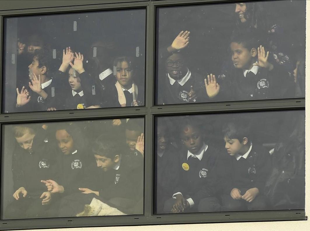 Els alumnes de l'Escola Primària Mitchell Brook segueixen la visita dels ducs de Cambridge al centre,dins de la Setmana de SalutMental dels Nens, aLondres.
