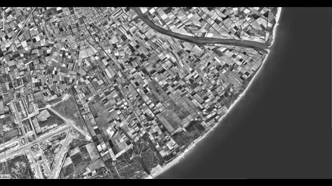 Fotograf�a de la desembocadura del r�o Llobregat, flanqueada por mosaicos de campos de cultivo, tomada en 1956.