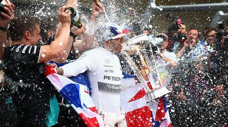 Lewis Hamilton celebra con su equipo la victoria en el GP de EEUU, con la que se asegura el tercer t�tulo mundial