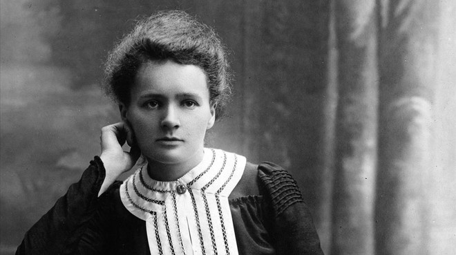 Considerada la madre de la física moderna, fue la primera mujer en ganar el Nobel.