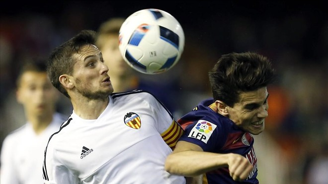 Piatti y Bartra pelean por un bal�n en Mestalla.