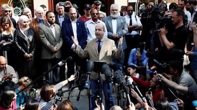 El portavoz de la mezquita donde acudía el suicida invita a los fieles a facilitar información a la policía