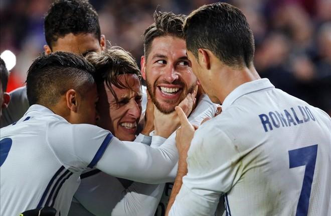 Ramos es felicitado por sus compañeros tras marcar el gol del empate en el Camp Nou.