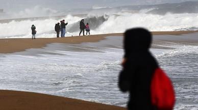 Alerta por fuertes vientos y olas de siete metros en el litoral catalán