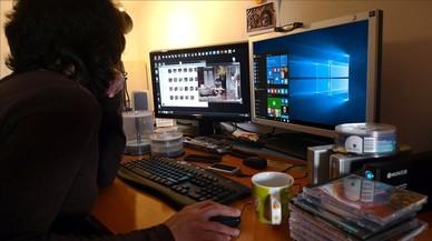Una usuaria delante de su ordenador.