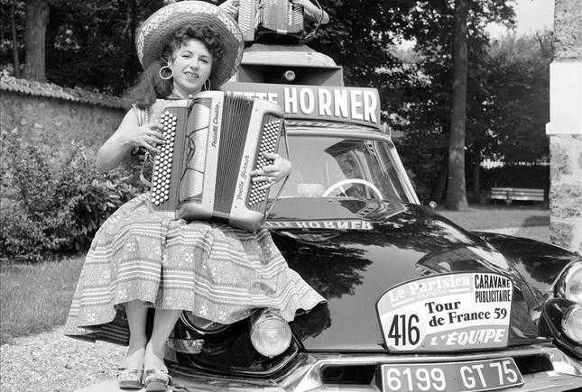 Yvette Horner, con su acordeóna, en la caravana publicitaria del Tour de 1959 ganado por Federico Bahamontes.