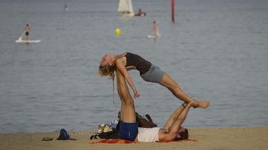 La práctica de deportes en las playas de Barcelona se dispara