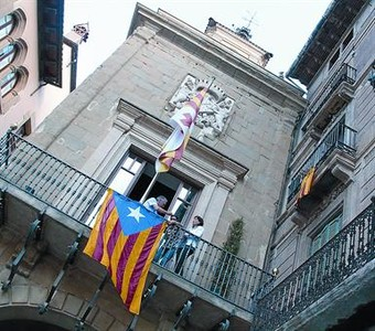 La 'estelada' ondea en el balcn del Ayuntamiento de Vic en protesta por el 'no' de Rajoy al pacto fiscal.