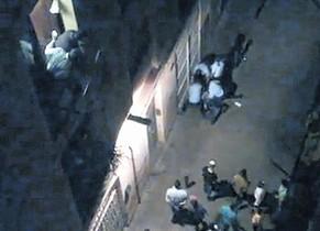 Captura de un vídeo grabado por un vecino de la calle de la Aurora durante la acción de los agentes para reducir a Juan Andrés Benítez.
