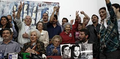 La Abuelas de la Plaza de Mayo anunciando que han encontrado al nieto 115, Ana Libertad