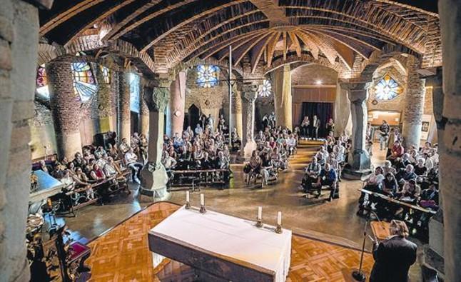 Cumbre 8 Los congresistas llenan la cripta de la Colònia Güell, síntesis de la obra de Gaudí, ayer.
