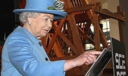 Isabel II, en el momento de la publicaci�n de su primer tuit, durante la inauguraci�n de una exposici�n en Londres.