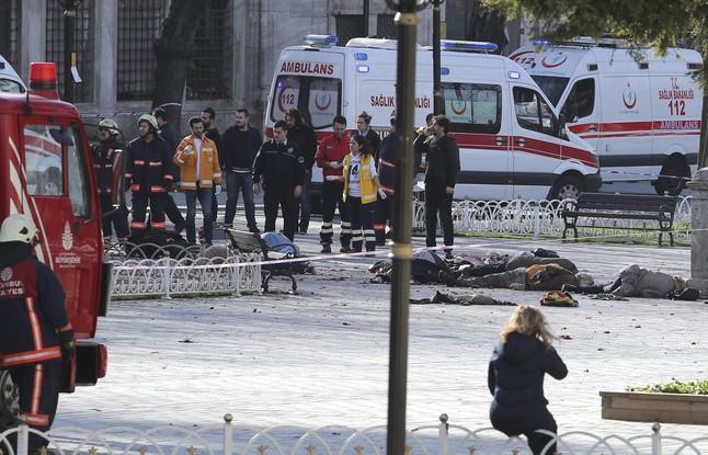Servicios de rescate en la zona del atentado de Estambul