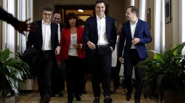 Sánchez, en el centro, a su llegada a la reunión con los parlamentarios socialistas, este martes.