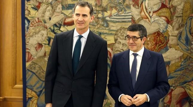 El rey Felipe VI y el presidente del Congreso, Patxi López, este lunes en el palacio de la Zarzuela.