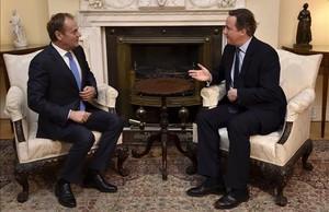 Cameron (derecha) con Tusk en el número 10 de Downing Street, el domingo, en Londres.