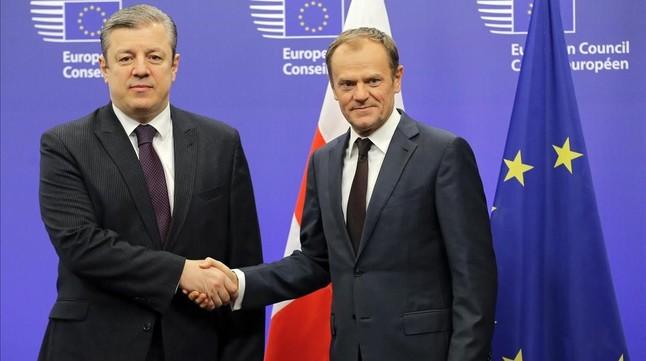 Tusk (derecha) estrecha la mano del primer ministro de Georgia, antes de su reunión en la sede del Consejo Europeo en Bruselas, el 9 de febrero.