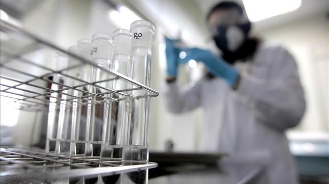 Una química trabaja en el laboratorio antidopaje de Madrid