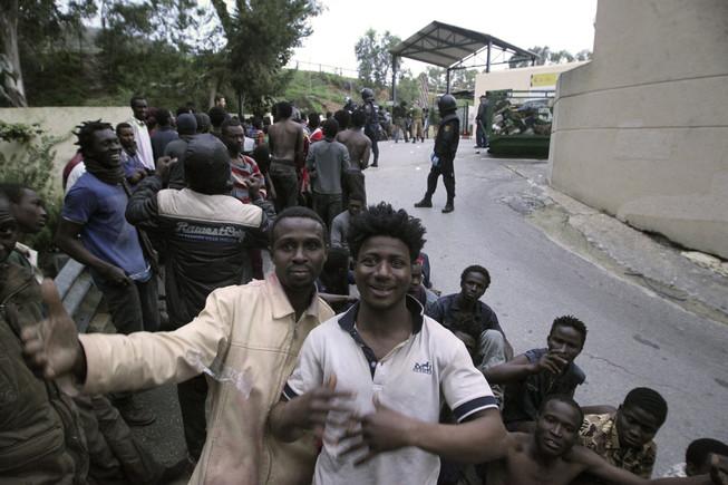 Uns 500 immigrants accedeixen a Ceuta en un salt massiu per Tarajal