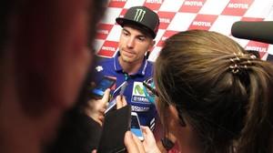 Maverick Viñales (Yamaha), lider del Mundial de MotoGP, conversa con los periodistas hoy en Assen (Holanda).