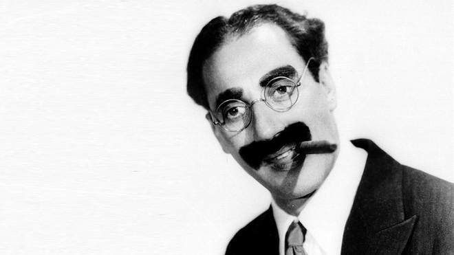 Groucho Marx, con su característico bigote pintado y su puro en 1933.