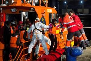 Inmigrantes rescatados por Salvamento Marítimo llegan a Málaga, ayer.