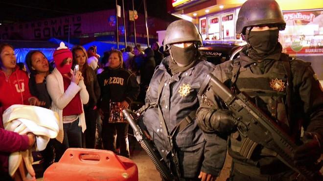 Polic�as apostados ante el penal de Topo Chico, en Monterrey, donde un mot�n ha causado cerca de 60 muertos.