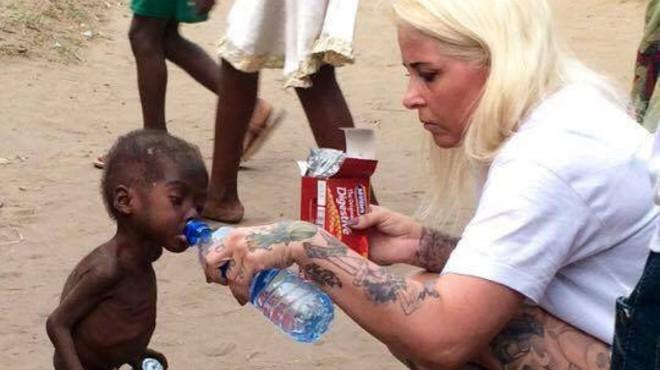 Impactants imatges del rescat al carrer, a Nigèria, d'un nen de 2 anys acusat de ser un bruixot