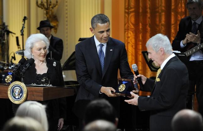 Obama rinde homenaje a Burt Bacharach y Hal David