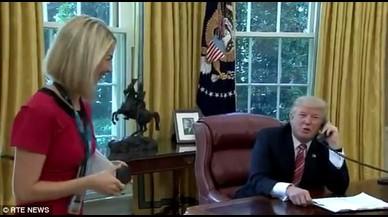 Trump interrumpe una llamada con el primer ministro irlandés para flirtear con una periodista