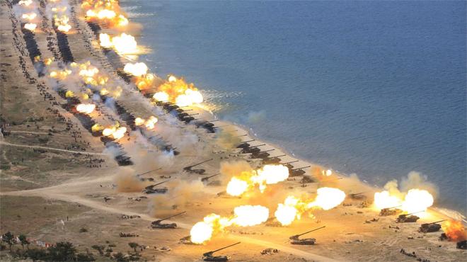 Corea del norte exhibe su poder armamenticos ante la vigilancia de Kim Jong Un