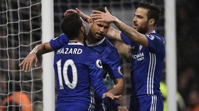 Hazard y Cesc congratulan a Diego Costa tras el tercer gol del Chelsea.