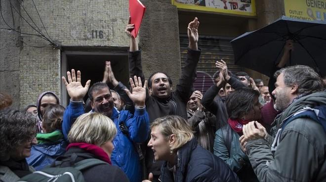 Un grupo de vecinos impide un desahucio en la calle Hospital de Barcelona.
