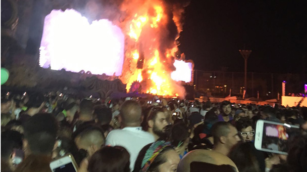 Incendi en un escenari d'un festival musical a Santa Coloma de Gramenet