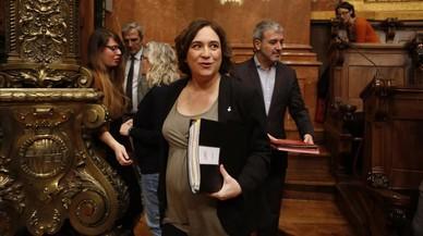 La alcaldesa de Barcelona, Ada Colau, a su llegada al pleno de este viernes.