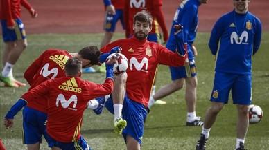 Julen Lopetegui observa un ejercicio de varios jugadores durante un entrenamiento en Las Rozas.