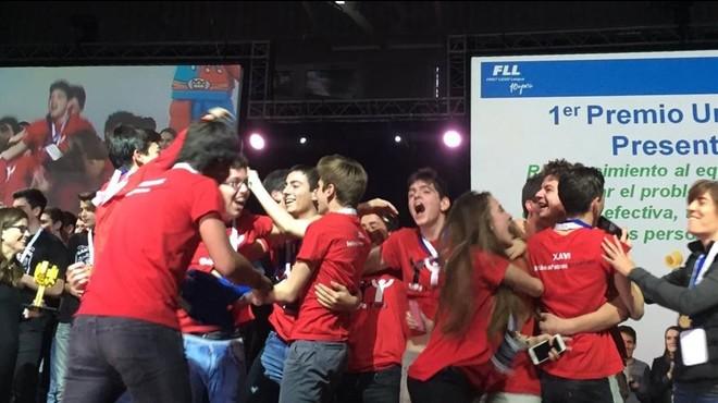 Los estudiantes del equipo de Bet�nia Patmos celebran su clasificaci�n para ir a Sidney en el concurso celebrado en Girona.