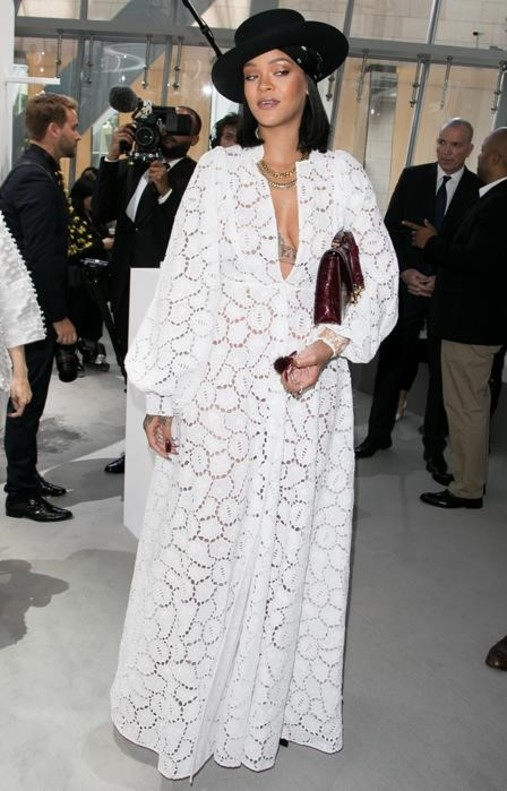 Rihanna Se Viste De Un Blanco Dior