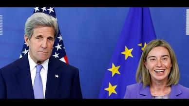 El secretario de estado norteamericano, John Kerry, y la representante de la diplomacia europea, Federica Mogherini, en Bruselas.