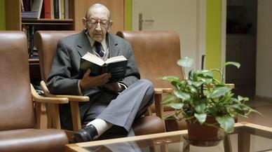 Enrique Soriano, de 84 años, en el edificio donde vive en Cornellá de Llobregat.