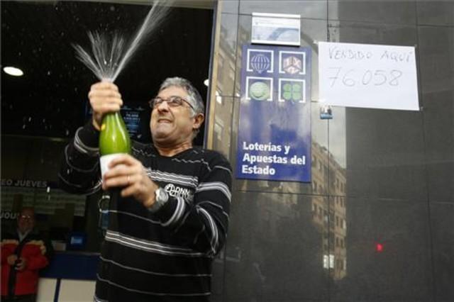 Alfonso de la Cruz administrador de loteria 17 de hospitalet que ha repartido el gordo de la loteria de navidad.