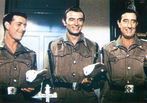 Tony Leblanc con Jos� Luis L�pez V�zquez y Manolo G�mez Mur, en 'Tres de la Cruz Roja'.