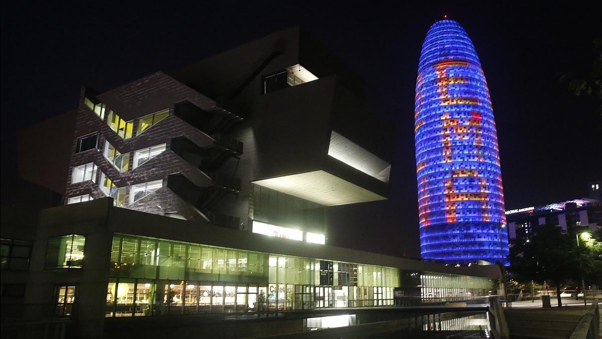 La torre de Glòries iluminada en favor de la Agencia Europea del Medicamento.