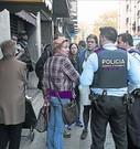 Una mediadora de la UCER informa a dos mossos.